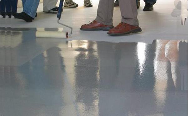применение лака для бетона